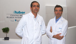 Los cirujanos plásticos Carlos Gullón y Ramón Calderón en el Hospital Ruber Internacional.