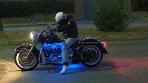 Cuando no opera, el doctor Eduardo Avilés coge su moto y hace cientos de kilómetros.