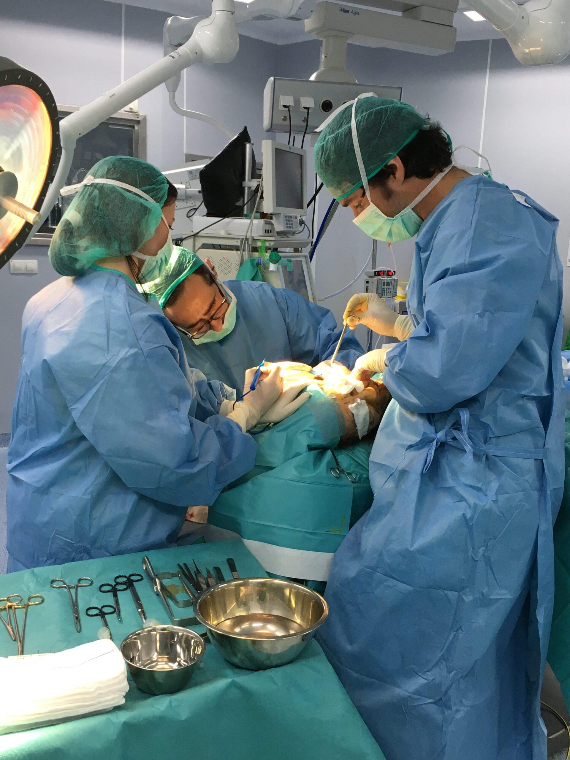 El dr. Carlos Gullón en una reciente operación estética.