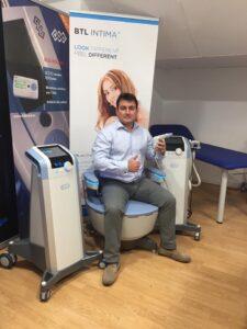 El doctor Fernando Aznar con la nueva tecnología EMsella de BTL Aesthetics.